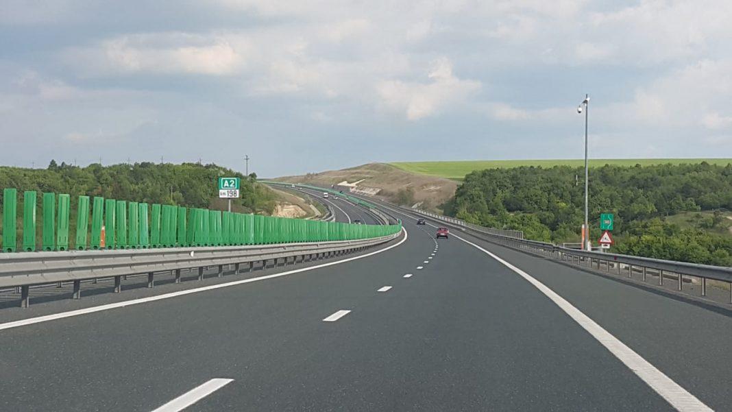 Se execută lucrări de reparaţii la parapeţii din ciment ai autostrăzii A2 Bucureşti - Constanţa, pe sensul către litoral, la kilometrul 33