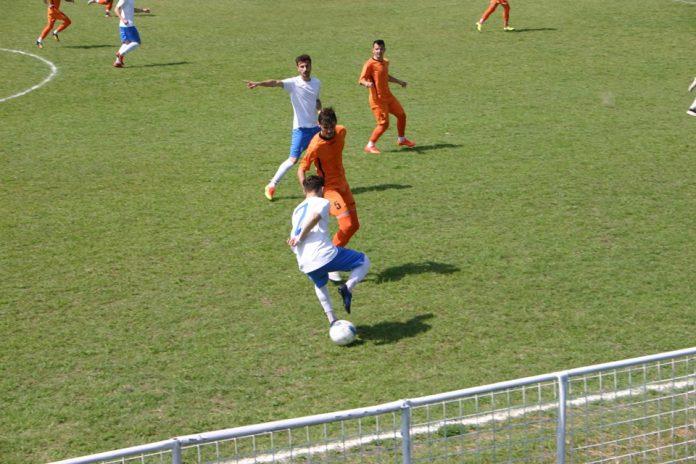 Fotbaliștii din Cetate (în albastru) au obținut un rezultat bun la Brânceni (Foto: facebook Tractorul Cetate)