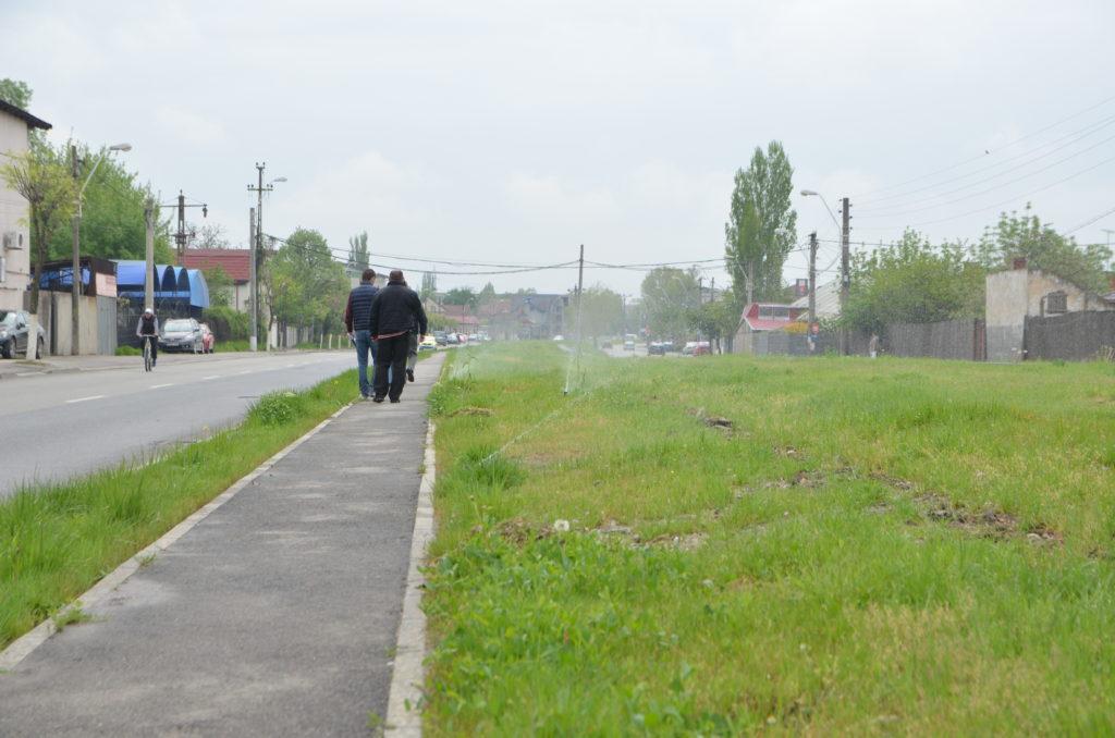 Aspersoarele montate pentru a uda spaţiul verde de pe strada Râului, în perioada în care erau probate
