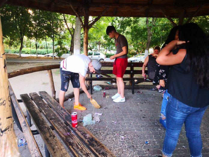 Craiovenii prinşi mâncând seminţe, puşi la curăţenie