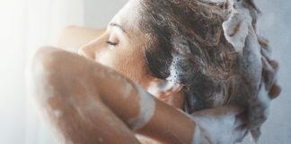 În sezonul cald, părul se îngrașă rapid și multe femei obișnuiesc să-l spele zilnic (Sursa foto: relife.ro)