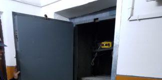 două femei blocate în lift
