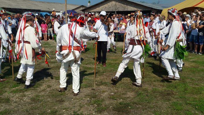 """Călușarii """"de țărână"""" s-au întrecut la Dobroteasa"""