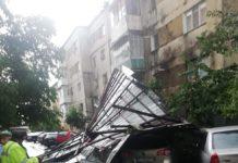Acoperiș căzut peste 4 mașini, la Târgu Cărbunești