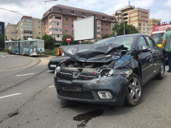 Trei victime după ce un tramvai a lovit o maşină, la Podul Electro