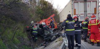 În urma impactului violent, tirul şi autoturismul Ford s-au oprit în şanţ.