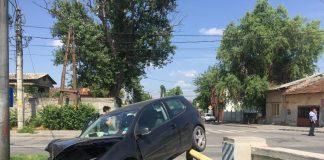 După impact, autoturismul a rămas suspendat pe o conductă de gaze.