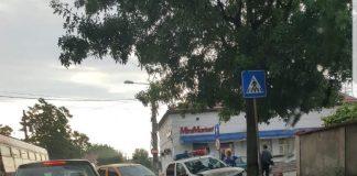 În urma impactului, autospeciala poliţiştilor a fost avariată serios în partea din faţă.