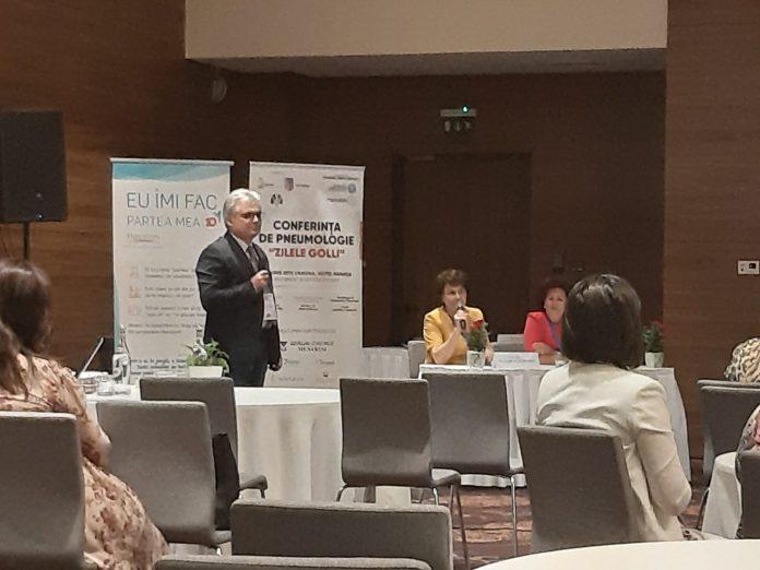 Dr. Alin Voicu-Măceşeanu, medic pneumolog în Spitalul de Boli Infecţioase din Craiova, prezentând evoluţia cazurilor de tuberculoză din Dolj (Foto: Monica Stuparu)