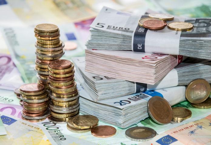 Euro şi dolarul cresc uşor
