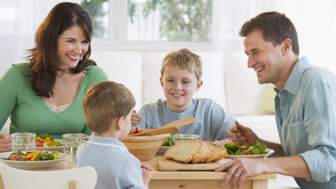 Obiceiurile alimentare sănătoase se formează şi cu ajutorul meselor în familie (Sursa foto: ELYTIS Hospital)