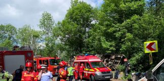 Un autocar cu 29 de copii şi 24 de adulţi s-a răsturnat, duminică, într-o curbă pe DN 73, în judeţul Braşov