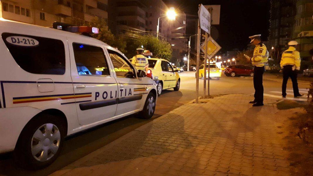 A fugit de poliție și s-a oprit cu mașina într-un gard. S-a întâmplat în orașul Dăbuleni. Șoferul era băut și nu deținea permis de conducere.
