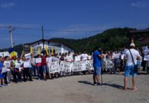 Un nou protest la Baia de Aramă pentru Sorina, fetiâa ridicată de la domiciliu cu mascații