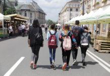 Tineri pe strada
