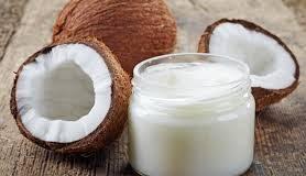 Uleiul de cocos este un camarad de nădejde în ritualul de îngrijire al pielii și al părului (Sursa foto: avantaje.ro)