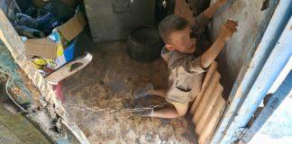 Copil de 6 ani, legat cu lanţul în grajd şi biciuit de tatăl său