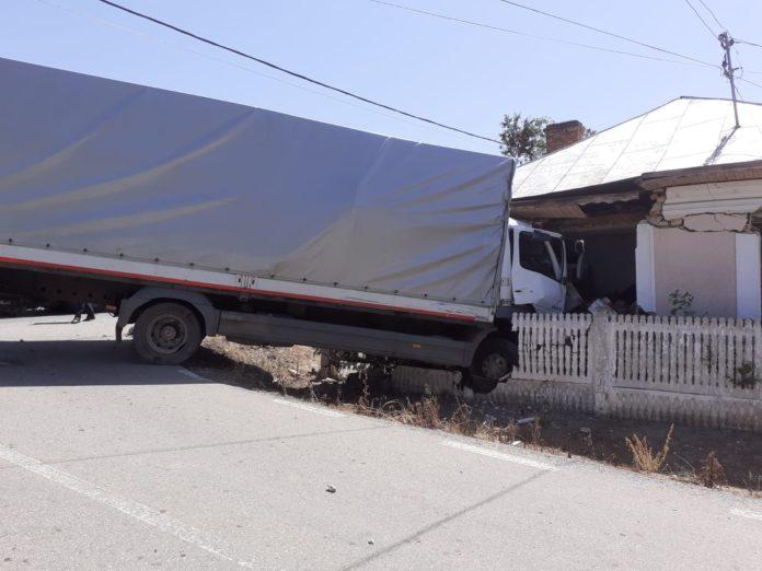 Un tir a intrat într-o casă, la Brădeşti. Şoferul a murit