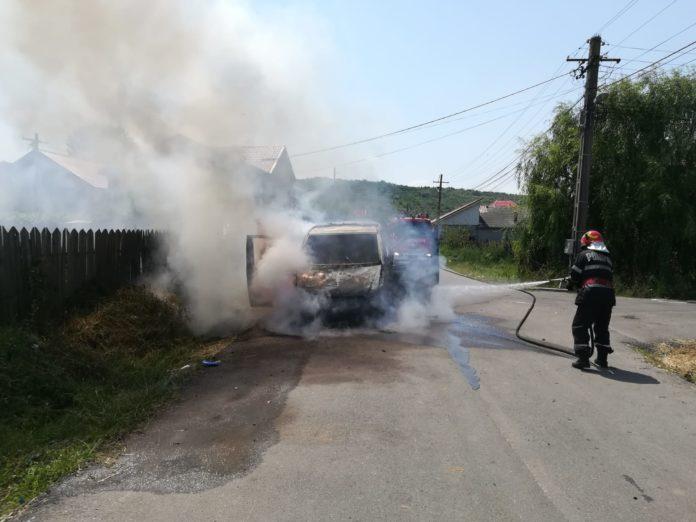 O maşină a luat foc la Podari