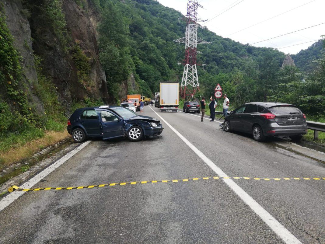 Impact între trei maşini şi un tir, pe DN7