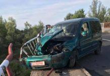 Un tânăr fără permis auto a intrat cu mașina în parapet și a fugit de la locul accidentului