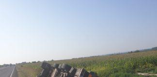 S-a răsturnat cu camionul cu lemne în Răcari