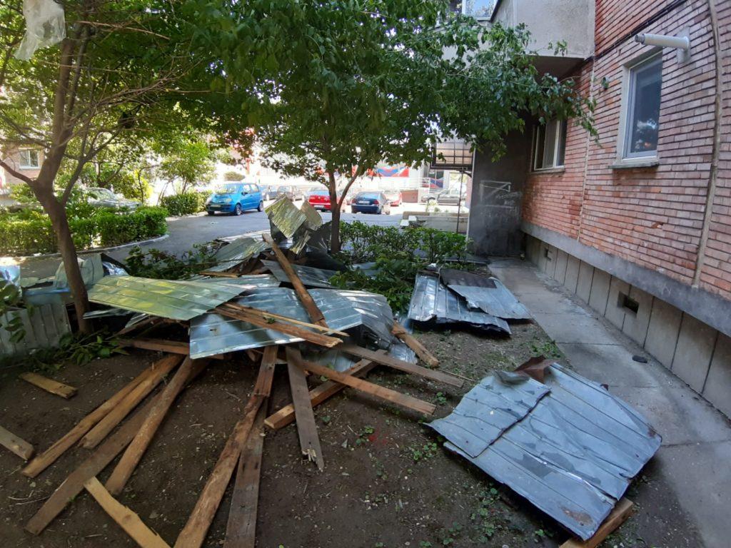 Un bloc de pe Calea Severinului a rămas fără acoperiş