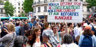 """Profesorii în grevă cu un banner: """"Nu pentru distrugerea sistemului educațional"""""""