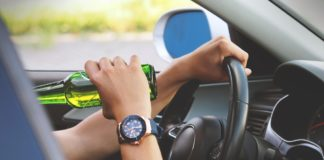 Prins la volan, băut și fără permis de conducere