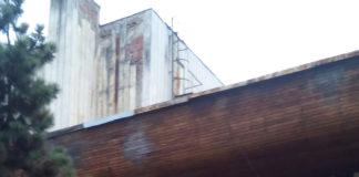 """Patru licitații pentru lucrări de infrastructură publică sunt programate săptămâna aceasta la Primăria Târgu Jiu, între care una pentru reabilitarea Casei de Cultură a Sindicatelor. Imobilul a fost cumpărat anul trecut de primărie. În clădire plouă, acoperișul fiind grav afectat de intemperii. Sala nici nu mai este folosită ca urmare a acestui lucru. Viceprimarul din Târgu Jiu, Aurel Popescu, a declarat că licitația cu valoarea cea mai mare se referă la modernizarea Colegiului Național """"Spiru Haret"""" și are o valoare de peste 1,4 miloane de euro. """"Va mai fi scoasă la licitație realizarea documentaţiei tehnico-economice pentru lucrările de intervenţie și reparații la Casa de Cultură din municipiu. Alte două licitații vizează reabilitarea pasarelei peste calea ferată și realizarea unui grup electrogen la Stadionul Municipal"""", a mai spus Aurel Popescu, viceprimarul din Târgu Jiu. Nu sunt constructori Niciun constructor nu s-a prezentat recent la licitația pentru reabilitarea Colegiului Național """"Tudor Vladimirescu"""" din Târgu Jiu. Acesta este cel mai mare colegiu din județul Gorj și este găzduit de o clădire monument istoric. La primele licitații, firmele nu au fost interesate de lucrare pentru că bugetul era prea mic. Aurel Popescu, viceprimarul din Târgu Jiu, a precizat că valorile pentru lucrări au fost reactualizate. La licitația programată în urmă cu doar câteva zile nu s-a prezentat nicio firmă de construcții, cu toate că două societăți au cerut inițial informații despre lucrare. Viceprimarul orașului a spus că procedura de scoatere la licitație a lucrării de modernizare a Colegiului Național """"Tudor Vladimirescu"""" va fi reluată în perioada următoare. Pagină realizată de Eugen Măruță"""