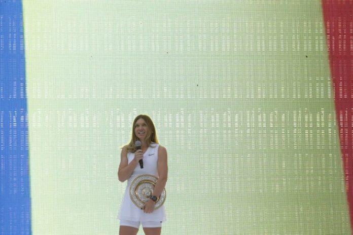 Trofeul de la Wimbledon, prezentat de Simona Halep