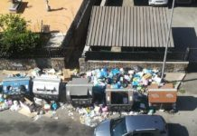 O româncă a făcut curat în fața unui bloc din Roma și acum riscă o amendă usturătoare