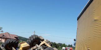 Impact devastator între un autotren şi un buldoexcavator