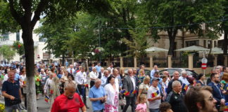 Parada festivă pe traseul Primăria municipiului – Parcul Zăvoi