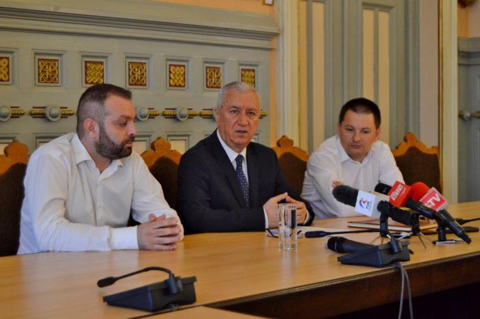 pentru drumul Craiova - Cetate. Anunţul a fost făcut de preşedintele Ion Prioteasa (centru)