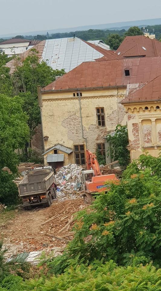Mai multe corpuri de clădire sunt demolate