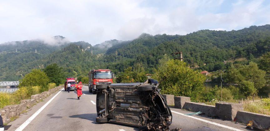 Accident pe Valea Oltului. Traficul, blocat pe un sens