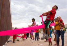 """Foto: @MarisaWriting - Copii din SUA şi Mexic """"doboară"""" frontiera prin joc"""