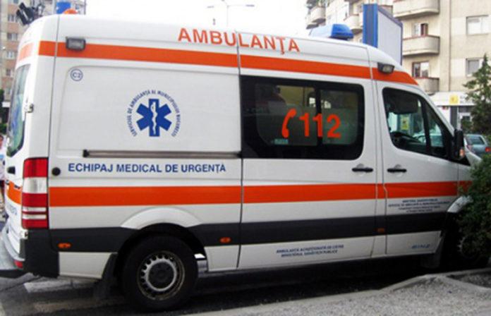 Trei persoane rănite după ce mașina lor s-a răsturnat într-o prăpastie de 10 metri