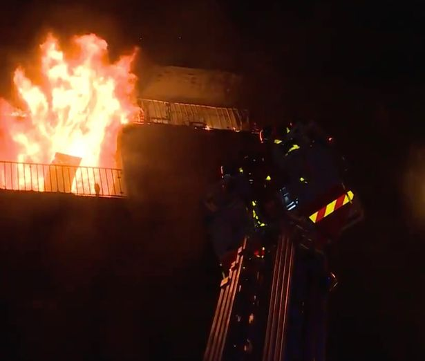 Flăcările s-au extins de la un balcon la altul