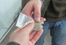 Tânăr craiovean, prins în timp ce vindea droguri