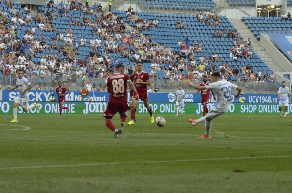 """Gazonul de pe """"Ion Oblemenco"""", la meciul Universităţii Craiova cu Sepsi, din data de 11 august"""