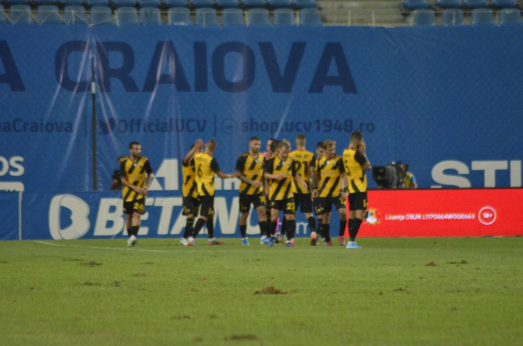 """Gazonul de pe """"Ion Oblemenco"""", la meciul Universităţii Craiova cu AEK Atena, din data de 8 august"""