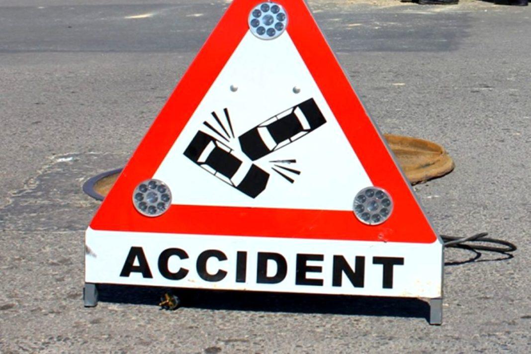 Un șofer a intrat cu mașina într-un cap de pod