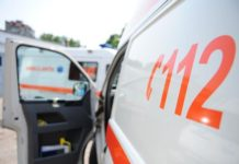 Microbuz răsturnat după ce s-a ciocnit de o maşină