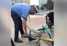 Polițiști locali din Iași, surprinși când dezumflă roțile bicicletei unui tânăr