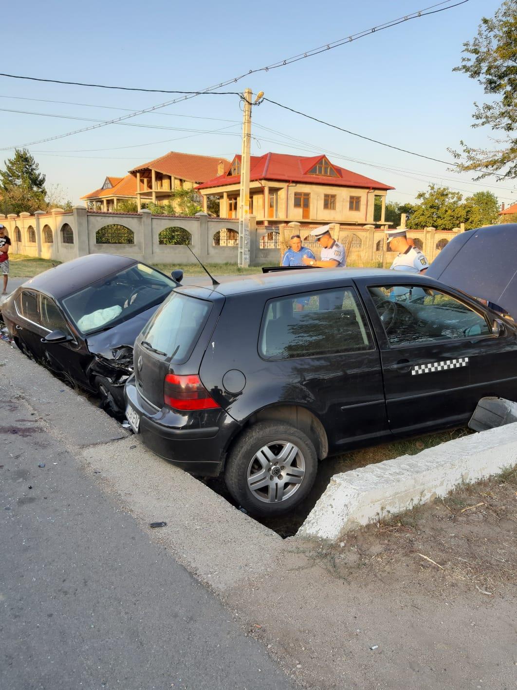 Accident rutier sâmbătă seara în comuna Cerăt din județul Dolj. Două autotusrime au ajuns în șanț, iar unul dintre șoferi a avut nevoie de îngrijiri medicale.