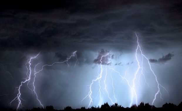 Ploi torențiale și vijelii, luni, în jumătate de țară