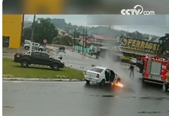 Să fii la locul potrivit, în momentul potrivit: Un Logan a luat foc lângă un camion de pompieri