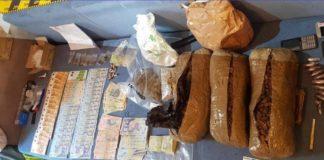 În urma percheziţiilor, anchetatorii au ridicat aproape două kilograme de canabis şi sume de bani.